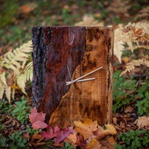 drewniany zegar z korą