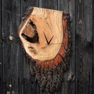 drewniany zegar na ścianę z jesionowego plastra