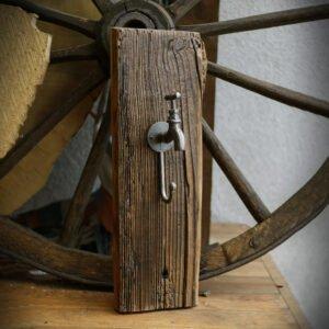 drewniany wieszak z deski