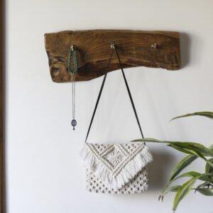drewniany wieszak na ubrania ze starej deski