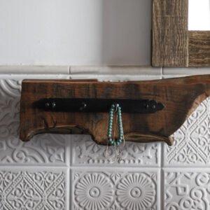 rustykalny drewniany wieszak na ubrania