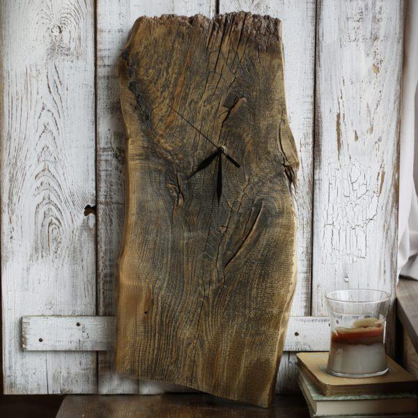 rustykalny zegar drewniany ze starej olchy
