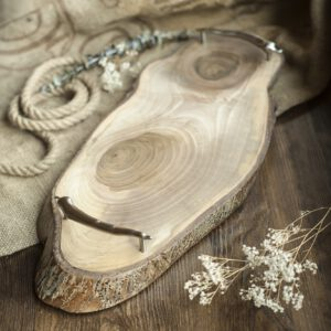 drewniana taca do serwowania z papryczkami